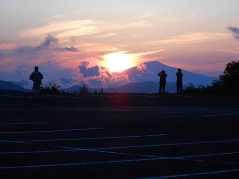 夕日に映える鳥海山