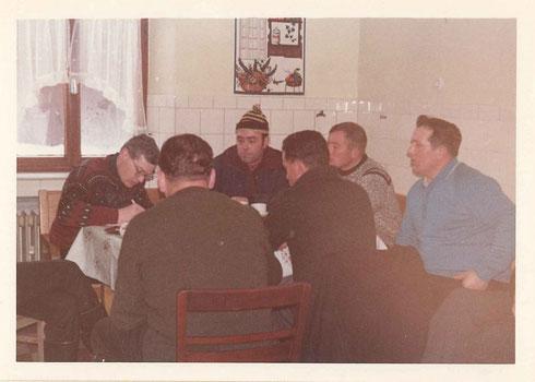 Auf diesem Foto sitzen die Herren zur Beratung in einer Pause in der Küche auf dem Hof von Bauer Kempen zusammen. vlnr: Heinz Schneider, Peter Hansen, Walter Siebertz, Heinz Kuck, mit dem Rücken zugekehrt links Otto Kempen, daneben Josef Dick