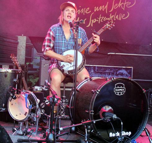 Ihr Banjo klingt manchmal verzerrter als die Gitarre manches gestandenen Garagenrockers: Greta Bondesson vom famosen schwedischen Schwestern-Trio Baskery in Aktion.