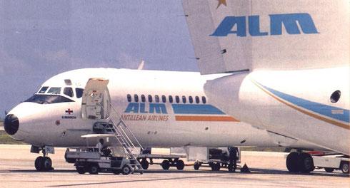 Links eine der MD-82, rechts das Leitwerk einer Dash 8-300/Courtesy: Air ALM