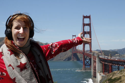 Bloggerin vor der Golden Gate Bridge in San Francisco
