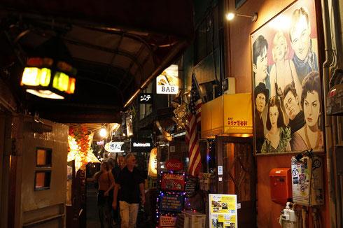 Winzige Gassen im Golden Gai - auch Pissalley genannt - in Shinjuku