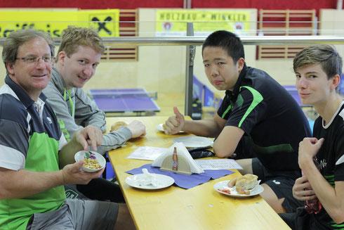 Oberndorf hatte nicht nur erstklassiges Tischtennis aufzubieten, sondern auch eine perfekte Turnierleitung und die lukullischen Genüsse am Buffet erfreuten die Spieler aus NÖ, Wien und OÖ. Im Bild v.l.: Trausmuth, Welles, Tang und Trausmuth
