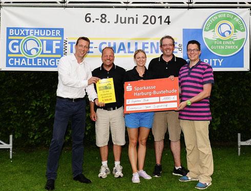 Markus Drude, Initiator des Golf-Turniers (links), und das zweitplatzierte Team von Stefan Reincke (2.v.l.), Franziska Knies und Marc Ellis bei der Spendenübergabe an Marcel Haberkorn (rechts) vom Stadtjugendring (Foto: M. Schleinhege)