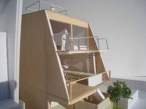 葉山の海を望む三階建ての住まいです。