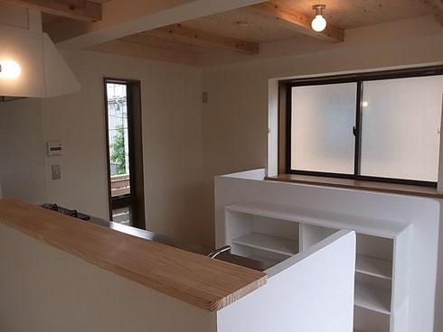 階段を付け替え、家の中心となるキッチンに