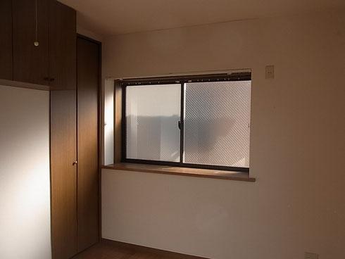 東側の窓は