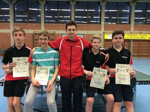 Maxi, Daniel, Jannik und Nick können sich gemeinsam mit Trainer Max Nötzold über Urkunden freuen.