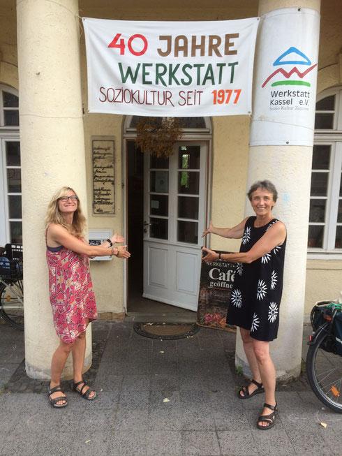 Jana Ißleib (links) und Kirsten Alers (beide vom Vorstand Nordhessischer Autorenpreis)