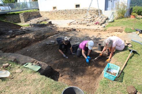 Abb. 4: Grabungsarbeiten 2018 im Vorfeld des Podiumstempels (das im Hintergrund zu sehende weiße Gebäude, das heutige Museum, steht auf dessen Fundamenten)