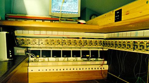 Blick unter das Stellpult (2002): Märklin-Transformatoren, Märklin-Booster, Gleisbesetztmelder