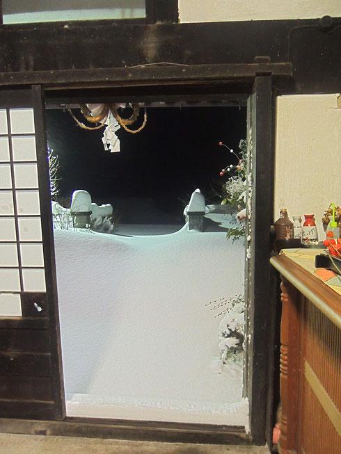 朝6時、雪かきをしようと玄関を開けると、雪の壁!!!腰がうまる高さ!