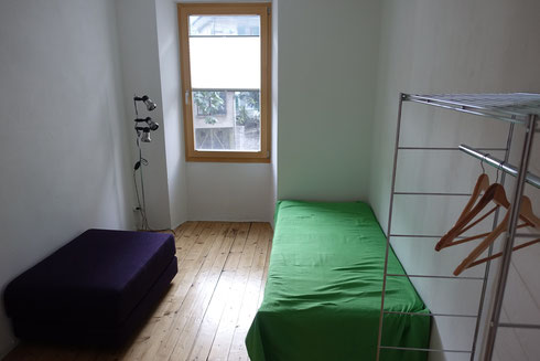 Bedroom 2 / Frist floor :  Equipped with two  90 cm single beds