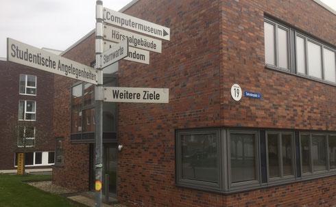 Foto: Wegweiser auf dem Campus der FH Kiel (JMW)