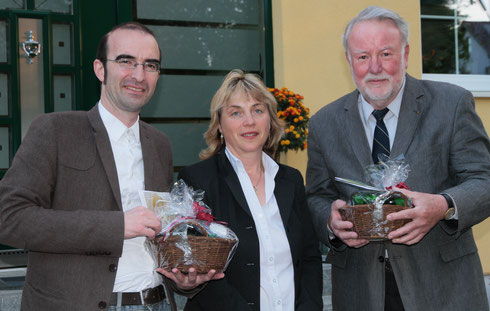 von links nach rechts: Gerald Modlinger, Vorsitzende Ute Schübele-Weber und Prof. Theo Vennemann