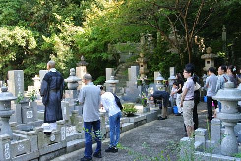秋彼岸の墓参風景