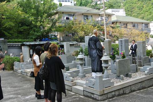 秋彼岸法要の墓参風景