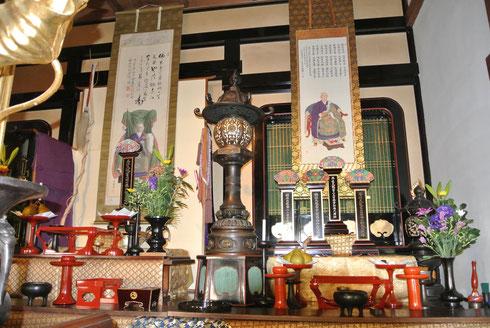 本堂中央祭壇に飾られた開山祖師の頂相