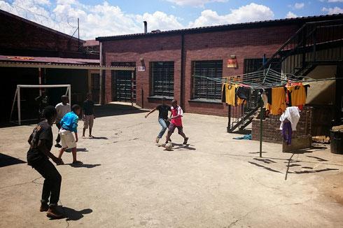 Sonntägliches Fußballturnier im Kids Haven Hof