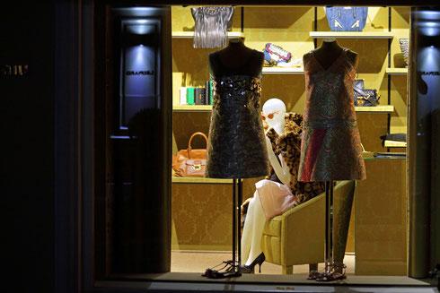 Nachts in St. Tropez.. Eine Schaufensterpuppe in einem Geschäft sitzt bekleidet mit einer Pelzjacke auf einem Sessel. Sie scheint sich auszuruhen und auf den nächsten Tag zu warten. Foto: Tobias Bunners