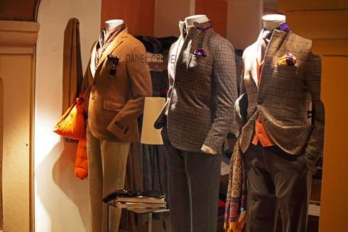 Nachts in St. Tropez.. Schaufensterpuppen ohne Kopf in einem Geschäft für Herrenbekleidung. Foto: Tobias Bunners