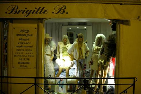 Nachts in St. Tropez.. Schaufensterpuppen scheinen eine Party zu feiern. Foto: Tobias Bunners