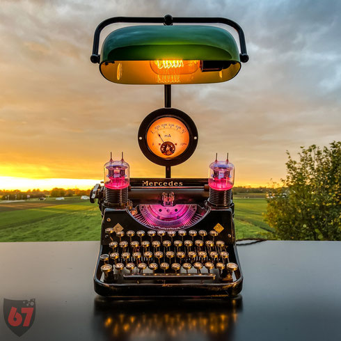 Upcycling lightart artwork with antique found objects and junk - 1934 Mercedes Prima typewriter, electron tubes and a Bankers lamp - JayKay67Design by Jürgen Klöck