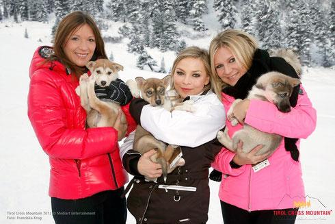 Hundefans unter sich: Simone Ballack, Regina Halmich und Magdalena Brezeska.  Foto: ©ExperiArts Entertainment – Franziska Krug