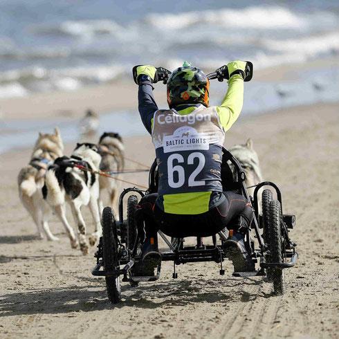 Das Rennen am abgesperrten Strand entlang der Ostsee sind für die Musher und die Hunde ein ganz besondere Moment.  Foto: Experiarts Entertainment - Stefan Stuhr