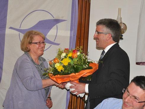 Andreas Wagner dankt Maria Zaschke für ihre Kassierertätigkeit.
