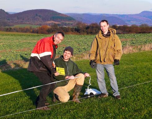 Guido Prehm, Jan Brandes und Kelvin Schulze (v.l.n.r.) waren beim Aufstellen des Elektrozauns mit dabei