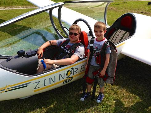Jungpilot Dominik Schott mit jungem Fluggast