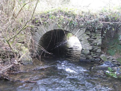 Pont ar Zimarch, un vieux pont construit en arc de voûte de pierres sèches.