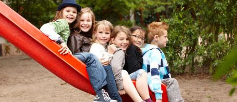 Teamtage Ganztagsschule. Auf dem Fotos Kinder auf einer Rutsche. Ein Teamtag ist ein Ort an dem Ihr Team in Ruhe neue Pläne für die Ganztagsschule fassen kann.