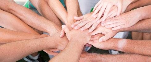 Konzept-Workshops für Ganztagsschulen. Auf dem Foto viele Hände, die zusammenfinden. Mit einem guten Konzept lässt es sich leichter an Ganztagsschulen arbeiten.