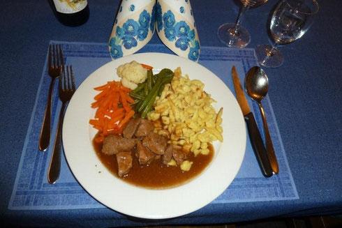 Spätzli mit Rindsvoressen und einem Gemüsebouquet
