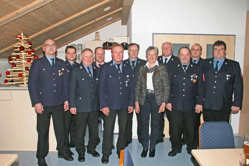 Für 40 Jahre aktiven Dienst bei der Freiwilligen Feuerwehr Oberham wurden geehrt (vorne v. links): Alfred Sommer, Engelbert Grandl und Josef Amann. Neben stellv. Landrätin Edeltraut Plattner auch (vorne rechts) Ehrenkommandant Franz Dippl (40 Jahre aktiv)
