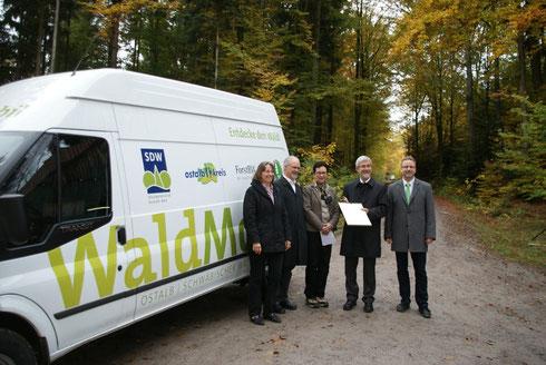 Übergabe des Waldmobils  (v.l.: Bürgermeisterin Rosalinde Kottmann / Gschwend, SDW-RM-Vorsitzender Dr. Gerhard Strobel, SDW-OA-Vorsitzende Petra Walter, Landrat Klaus Pawel / Ostalbkkreis, Bürgermeister Reinhold Sczuka / SDW-LV)