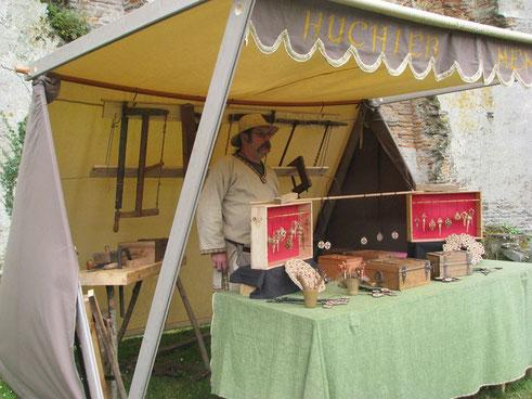 Fabrication de tentes médiévales et de coffres médiévaux.