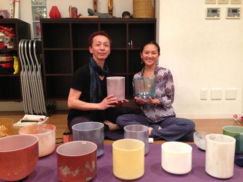 2013年12月 初めてのコラボ                           真弓さんとヨガとクリスタル・ボウルクラス beyogaにて