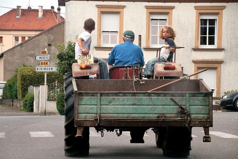 Mit dem Opa auf dem Traktor (Wadwisse, 2012)