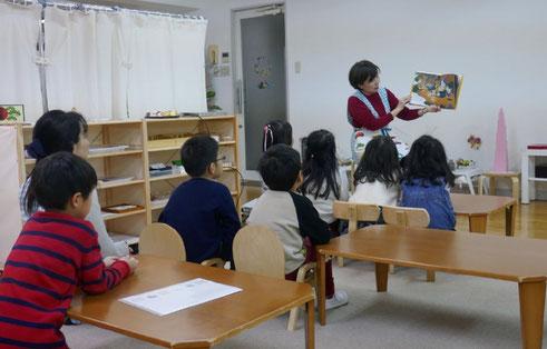 幼稚園児クラスのモンテッソーリ活動で、正月にちなんで、十二支の由来について絵本を読んでもらい、みんなで楽しく学びました。