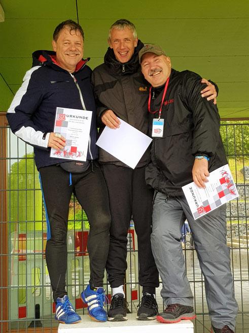 Dr. Ulrich Löchr (links) hat, da endlich windgeschützt, gut lachen!