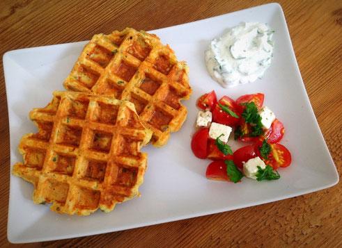 Hartige wafels van kikkererwtenmeel met wortel, bosui, peterselie en kaas.