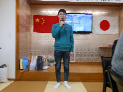 自己紹介する石巻専修大学留学生の宋 臣富 君。