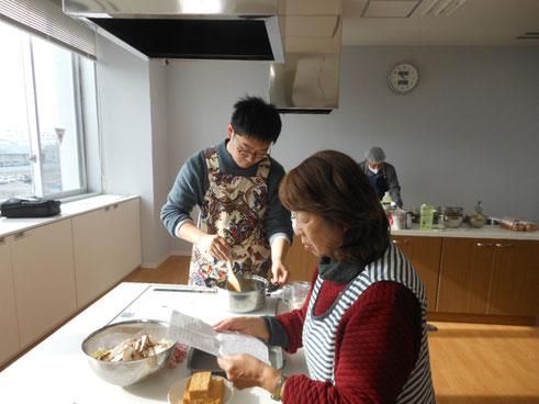 料理集中している留学生。