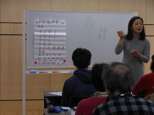 講座風景。講師が発音の指導。