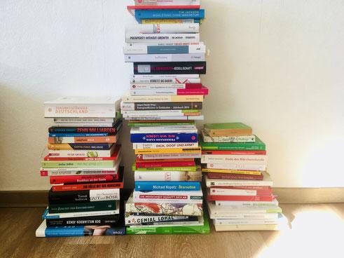 Was nur anfangen mit der freien Zeit daheim? Bücher lesen, spazieren gehen? Für viele Menschen ist es eine Übung, sich zu beschäftigen, ohne Geld auszugeben.