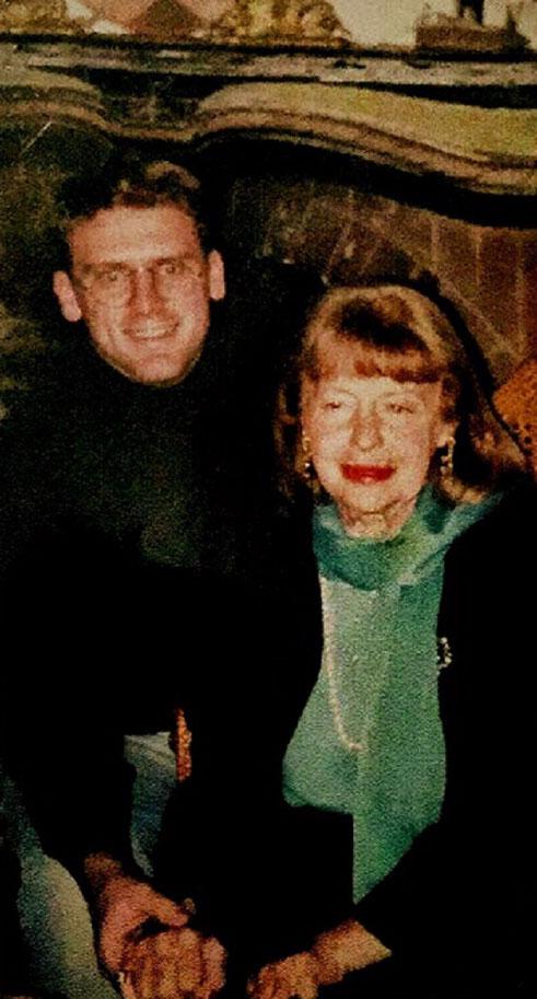 Emouvante photo d'Eric MARTEAU tenant les mains rongées par l'arthrite  de Francine WEISWEILLER. Eric était là depuis 1992.... depuis un quart de siécle.  C*  Eric MARTEAU