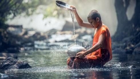 Mönch Achtsamkeitspraktik mit Wasser und Schale